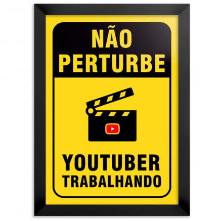 Quadro não perturbe youtuber trabalhando